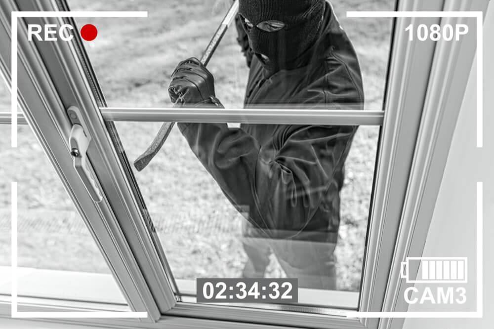 Dieb versucht einen Fenster-Einbruch