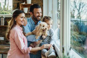 Fröhliche Familie nach unserem Fensterbau in Paderborn